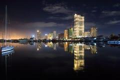 Nachtstad scape op de baai van Manilla Royalty-vrije Stock Afbeelding