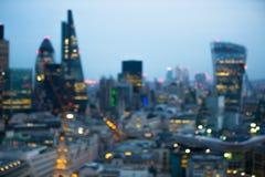 Nachtstad van de mening van Londen in onduidelijk beeld Londen stock afbeelding