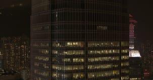 Nachtstad, wolkenkrabbers en gebouwen met verlichting stock videobeelden