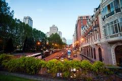 Nachtstadt-Ansichtverkehr mit Edificio Espana auf Hintergrund in MA Stockfoto