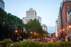 Nachtstadt-Ansichtverkehr mit Edificio Espana auf Hintergrund in MA Stockfotografie