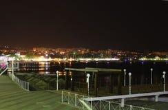 Nachtstadt auf der Küste. Lizenzfreie Stockbilder