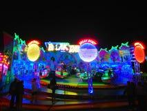 Nachtstadt beleuchtet Anziehungskräfte Stockfotografie