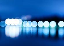 Nachtstadt beleuchtet bokeh mit Reflexionshintergrund Stockfotos