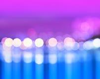 Nachtstadt beleuchtet bokeh mit Reflexionshintergrund Stockfoto