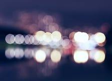 Nachtstadt beleuchtet bokeh mit Reflexionshintergrund Stockfotografie