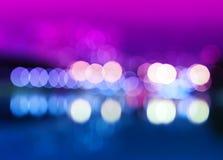 Nachtstadt beleuchtet bokeh mit Reflexionshintergrund Lizenzfreie Stockfotografie