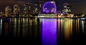 Nachtstadt beleuchtet Reflexionen im Wasser Stockfotos