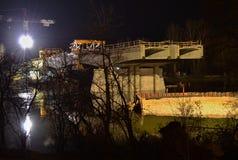 Nachtstadt - Brücke im Bau Stockfotografie