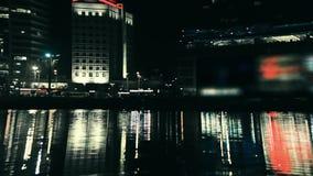 Nachtstadt durch den Fluss stock video