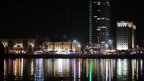 Nachtstadt durch den Fluss stock footage