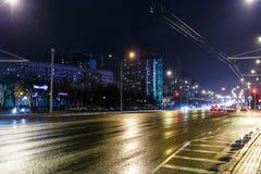Nachtstadt im rauen Wetter Stockfoto
