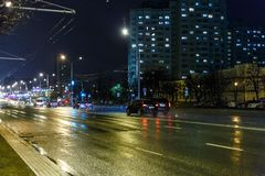 Nachtstadt im rauen Wetter Stockfotografie