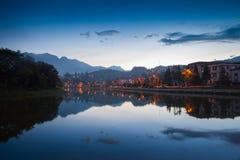 Nachtstadt-Landschaftsansicht mit Gebirgshintergrund lizenzfreies stockfoto