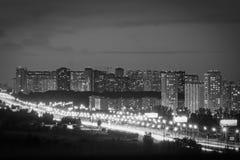 Nachtstadt mit einem bewölkten Himmel Straße mit den Laternen ähnlich kleinen Sonnen stockbilder
