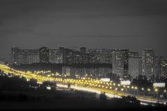 Nachtstadt mit einem bewölkten Himmel Straße mit gelben Laternen mögen kleine Sonnen stockfotografie