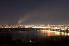 Nachtstadt mit einem Rauche auf dem Horizont Lizenzfreie Stockfotografie
