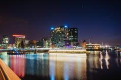 Nachtstadt osvitchene Neon Lizenzfreie Stockbilder