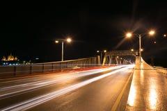 Nachtstadt und -fluss-Brücke Stockfoto