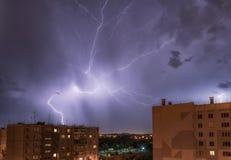 Nachtstadtansicht unter Gewitter mit Streik des Blitzes Stockbild