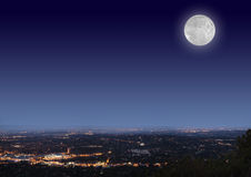 NachtStadtbild mit Mond Stockfotografie