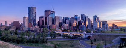 Nachtstadtbild von Calgary, Kanada Lizenzfreies Stockfoto