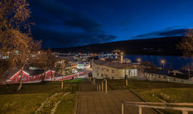 Nachtstadtbild von Egilsstadir-Stadt, östlich von Island mit lensfla Lizenzfreie Stockfotos
