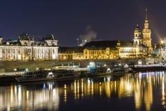 Nachtstadtbildansicht von historischen Gebäuden mit Reflexionen in der Elbe in der Mitte von Dresden Deutschland stockfotografie