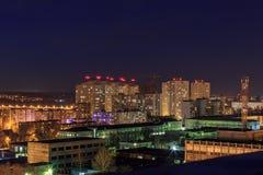 Nachtstadtbildansicht zu den städtischen modernen Wohngebäuden in Voronezh Lizenzfreies Stockfoto
