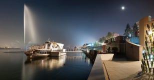 Nachtstadtbilddamm auf dem Fluss Stockfoto