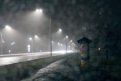 Nachtstadtlichter, Autoscheinwerferbahnen lizenzfreie stockbilder