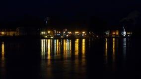 Nachtstadtlichter und -reflexion Lizenzfreie Stockbilder
