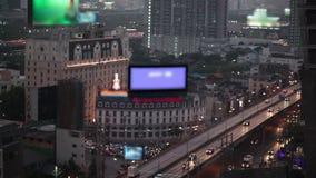 Nachtstadtlichter und -verkehr in Bangkok als abstraktem Hintergrund Unscharf mit undeutlichem Auto und Gebäudelicht, Vogelaugen  stock video footage