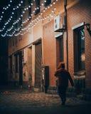 Nachtstadtobdachlose Gehen lizenzfreie stockfotos