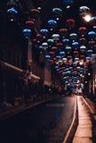 Nachtstadtstraße mit bunten hellen Dekorationen Stockfoto