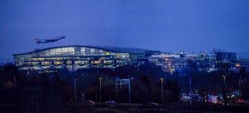 Nachtstart bij de luchthaven van Heathrow Stock Foto's