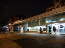 Nachtstation lizenzfreie stockfotografie