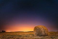 Nachtsternenklarer Himmel-oben genannte Feld-Wiese mit Hay Bale After Harvest Stockfoto
