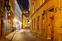 Nachtstraße in der alten Stadt von Riga, Lettland stockfotos
