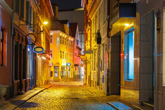 Nachtstraße in der alten Stadt von Riga, Lettland lizenzfreie stockbilder