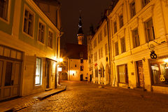 Nachtstraße in der alten Stadt von Tallinn Lizenzfreie Stockfotografie