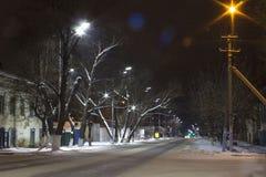 Nachtstraße in der russischen Stadt stockfotos