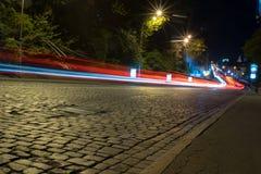 Nachtstraße die Straße und das Auto stockfotos
