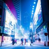 Nachtstraße Honh Kong mit belichteten Einkaufszentren und walki Stockbilder