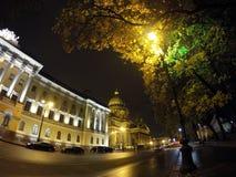 Nachtstraße im Stadtzentrum und in Kathedrale St. Isaacs (Isaakievsky) in St Petersburg Lizenzfreie Stockfotos