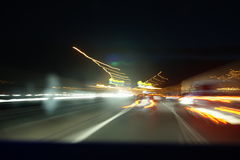 Nachtstraße mit langer Belichtung Lizenzfreie Stockfotos