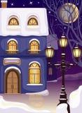 Nachtstraße mit schneebedecktem Haus und Laterne Stockfoto