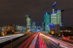 Nachtstraße mit Wolkenkratzern der La-Verteidigung, Paris, Frankreich Lizenzfreies Stockbild
