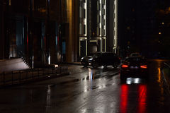 Nachtstraße und -autos Stockfoto