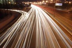 Nachtstraße und Feuer der Autos Lizenzfreie Stockfotografie